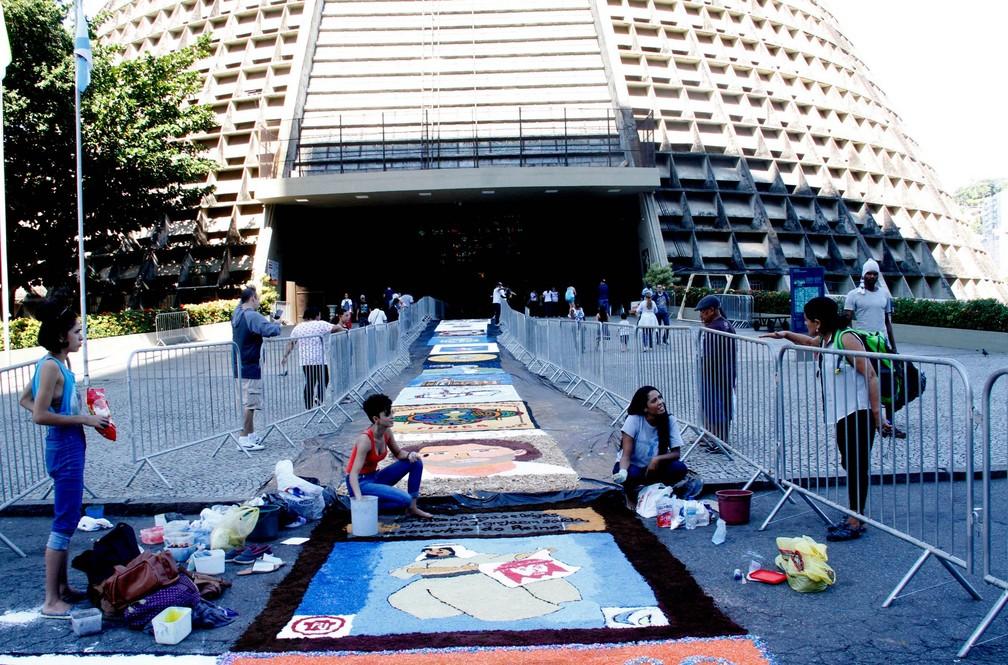 Fiéis montam tapete de Corpus Christi na Catedral Metropolitana de São Sebastião do Rio de Janeiro, no Centro do Rio (Foto: Onofre Veras/Agência O Dia/Estadão Conteúdo)