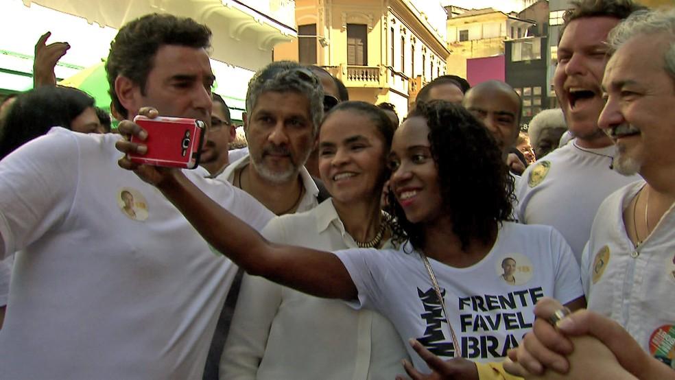 Marina Silva, da Rede, caminhou na Rua 25 de Março neste sábado (8) (Foto: Reprodução/TV Globo)