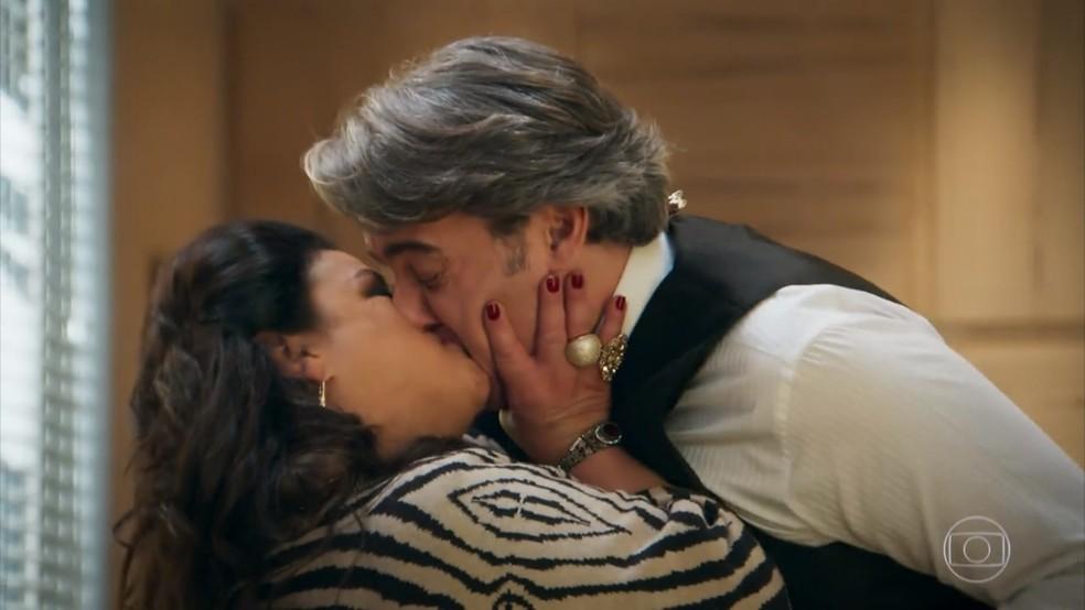 Teodora (Grace Gianoukas) agarra Aparício (Alexandre Borges) - 'Haja Coração' — Foto: Globo