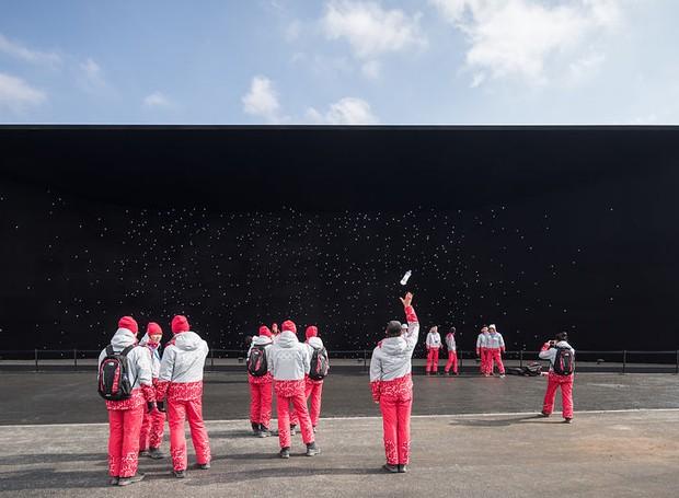 Laurian Ghinitoiu, da Alemanha, fotografou o Vantablack Pavilion, na Coréia do Sul  (Foto: Architectural Photography Awards/Reprodução)