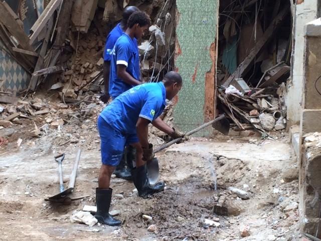 Funcionários da Cedae reparam vazamentos em prédio que desabou no Centro do Rio (Foto: Janaína Carvalho/G1)