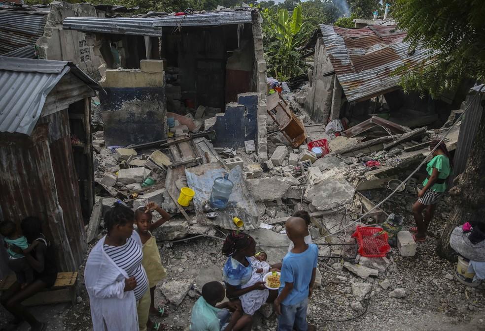 Número de mortos em terremoto no Haiti passou de 700 neste domingo (15) — Foto: Joseph Odelyn/AP