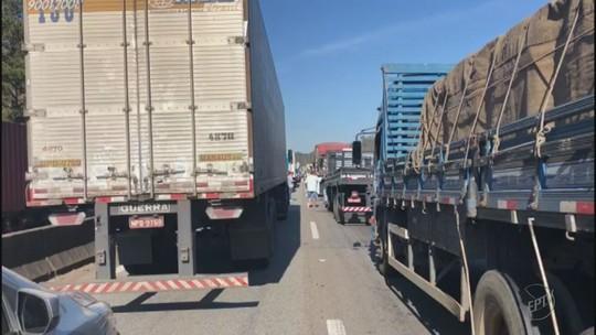 Carreta tomba e causa 14 Km de congestionamento em Camanducaia, MG