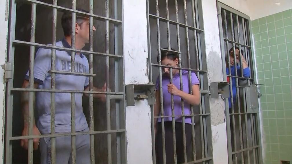 Casal pede explicações a Júlio sobre crime que matou Vitória Gabrielly em Araçariguama (SP) (Foto: Gabriel Torres/TV TEM)