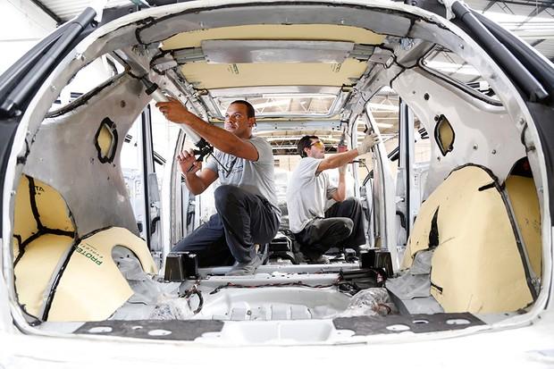Processo de blindagem do carro (Foto: Mauro Farah/O globo)