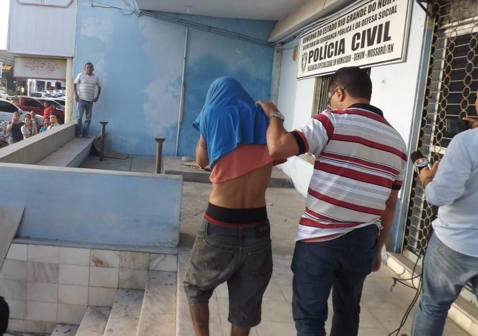 Filho é preso suspeito de matar o pai espancado em Mossoró (Foto:  Wilton Alves/Mossoró 190)