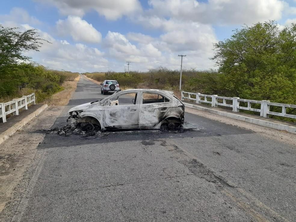 Bandidos queimaram carro na entrada de São Paulo do Potengi, no Agreste potiguar — Foto: Kleber Teixeira/Inter TV Cabugi