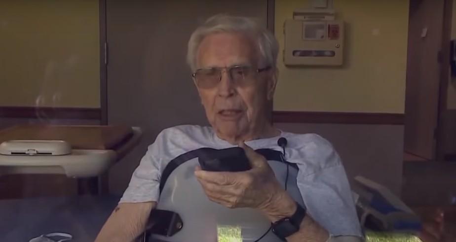 Apple Watch salva vida de idoso de 92 anos que caiu da escada