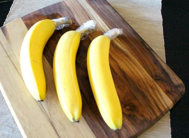 As bananas duram mais quando a parte de cima é envolvida em plástico (Foto: Somewhat Simple/ Reprodução)