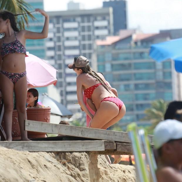 Candice Swanepoel com sua familia na praia do Nordeste brasileiro (Foto: AgNews)