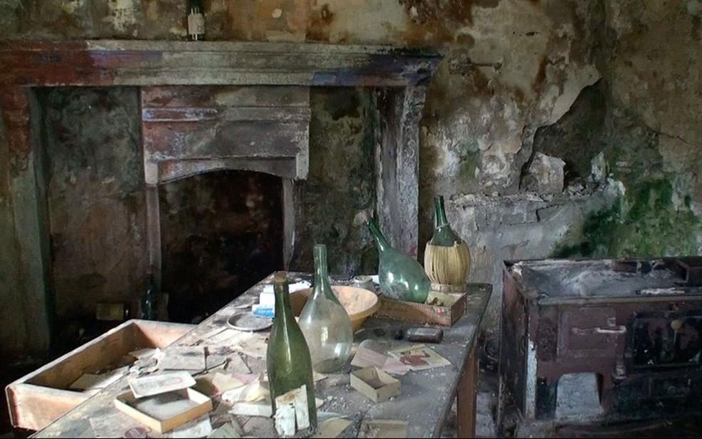 O interior de algumas casas está em péssimo estado de conservação (Foto: BBC)