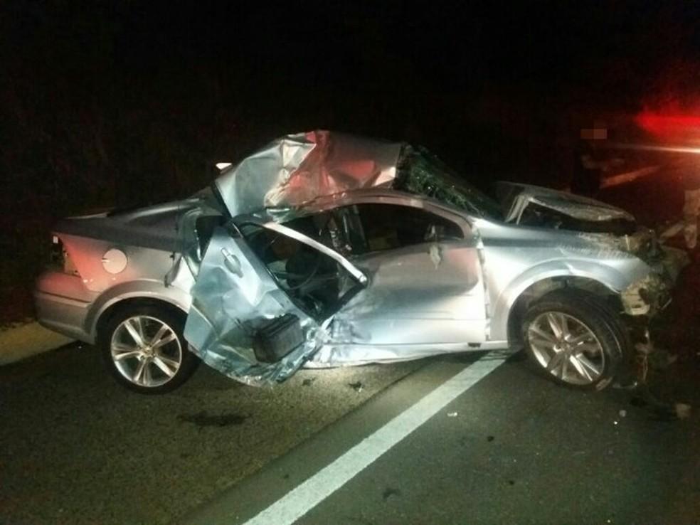 Motorista tentou realizar ultrapassagem e colidiu contra a moto (Foto: Divulgação/PRF)