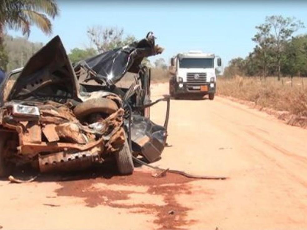Carro de passeio ficou completamente destruído (Foto: Eliezer Rodrigues/ Arquivo pessoal)
