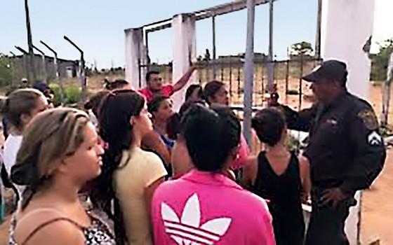 """Familiares de presos relatam torturas e agressões. Detentos são chamados de """"bando de veadinhos"""" e ouvem que bom-dia de preso é spray de pimenta (Foto: Juliana Melo)"""