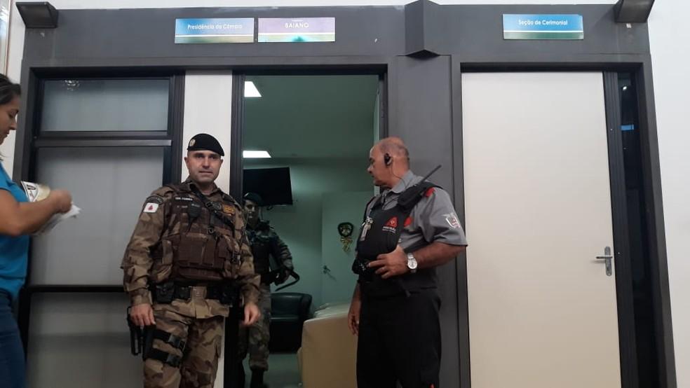 Materiais sendo apreendidos no gabinete do vereador Baiano na Câmara de Uberlândia — Foto: João Ricardo/G1
