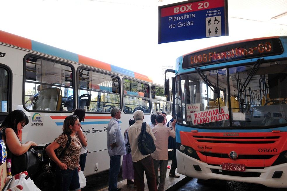 Pessoas esperam ônibus do Entorno em rodoviária do DF (Foto: Tony Winston/Agência Brasília)