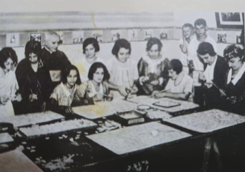 Mulheres faziam os mosaicos de pedra-sabão numa igreja no Largo do Machado — Foto: Reprodução/TV Globo