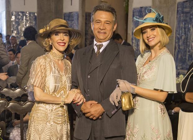 Deborah Evelyn, Nelson Freitas e Barbara França em cena de 'Tempo de Amar' (Foto: Marília Cabral/TV Globo)