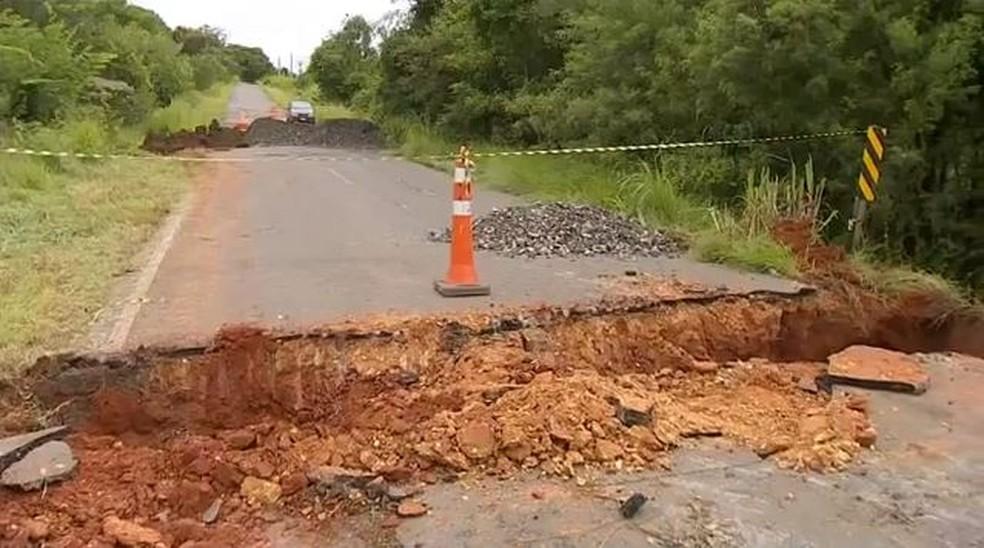 Buraco abriu no quilômetro 10 da Rodovia João Leme da Silva, em Porangaba (SP) — Foto: Reprodução/TV TEM