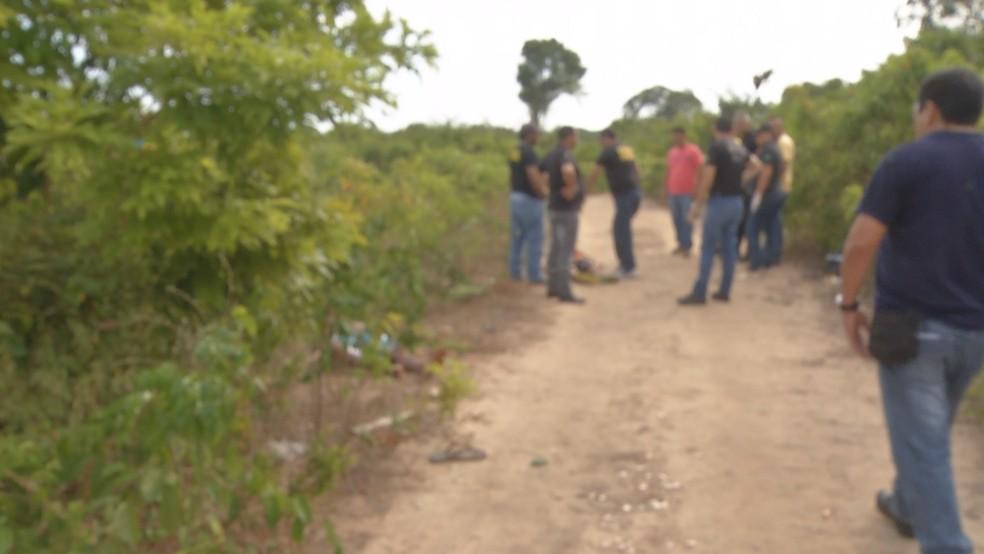 Vítimas foram encontradas em uma área de mata que fica depois do limite da rua Minas Gerais (Foto: Reprodução/TV Tapajós)