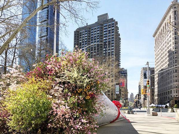 Buquê de flores gigante vira instalação em rua de Nova York (Foto: Divulgação)