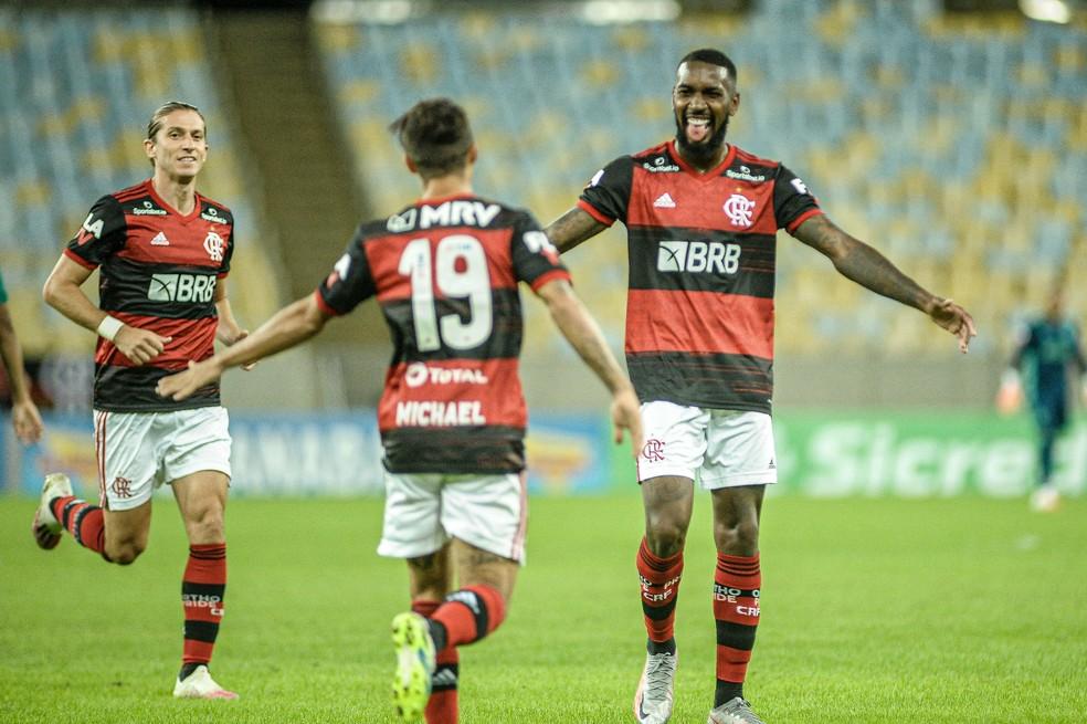 Gerson comemora seu gol com Michael e Filipe Luís, em Flamengo x Boavista — Foto: NAYRA HALM/FOTOARENA/ESTADÃO CONTEÚDO