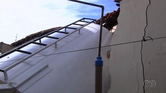 Caixa d'água desaba, destrói parte de casa e por pouco não atinge morador: 'Escapei por 10 segundos'