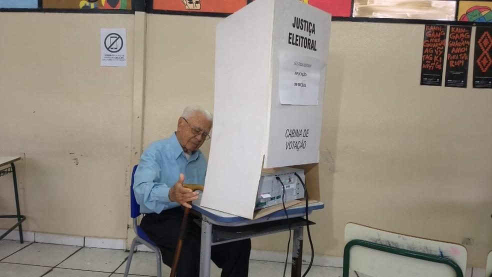 Senhor de 106 anos vota em Londrina, no norte do Paraná — Foto: Alberto D'Angele/ RPC Londrina