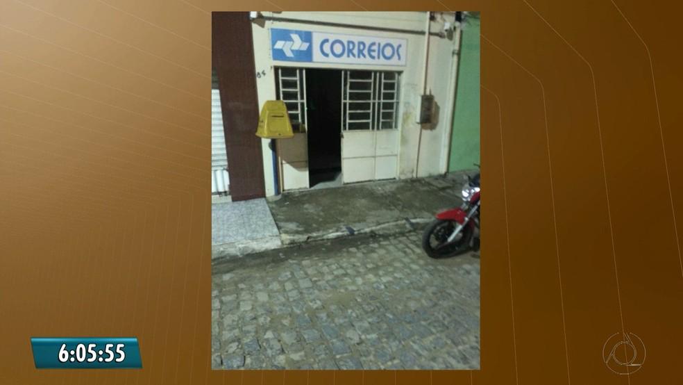 Agência dos Correios da cidade de Salgado São Félix também foi arromabada. (Foto: Reprodução/TV Cabo Branco)