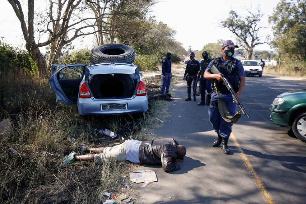 Policiais em uma estrada perto de Cato Ridge, na África do Sul, em 14 de julho de 2021 — Foto: Rogan Ward/Reuters