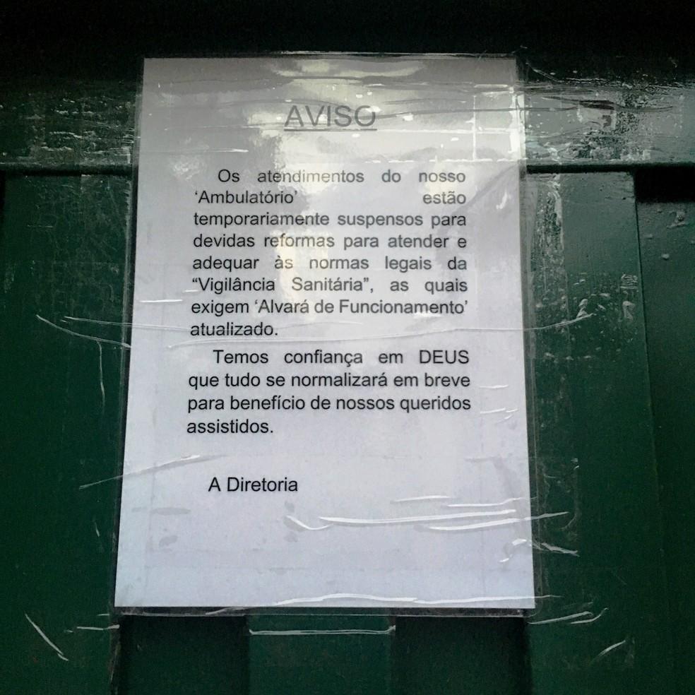 Cartaz na porta da clínica informa sobre reformas para se adequar às normas da Vigilância Sanitária (Foto: Ministério Público/Divulgação)