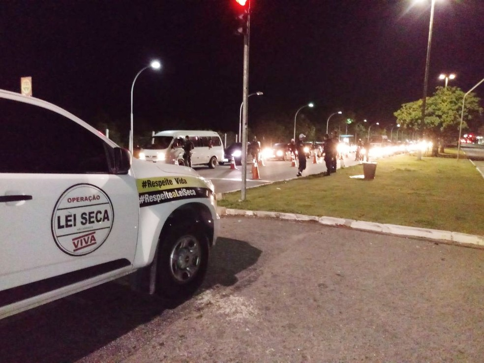 Uma das barreiras de fiscalização da Lei Seca foi montada na Av. Engenheiro Roberto Freire, em Capim Macio  (Foto: Divulgação/PM)