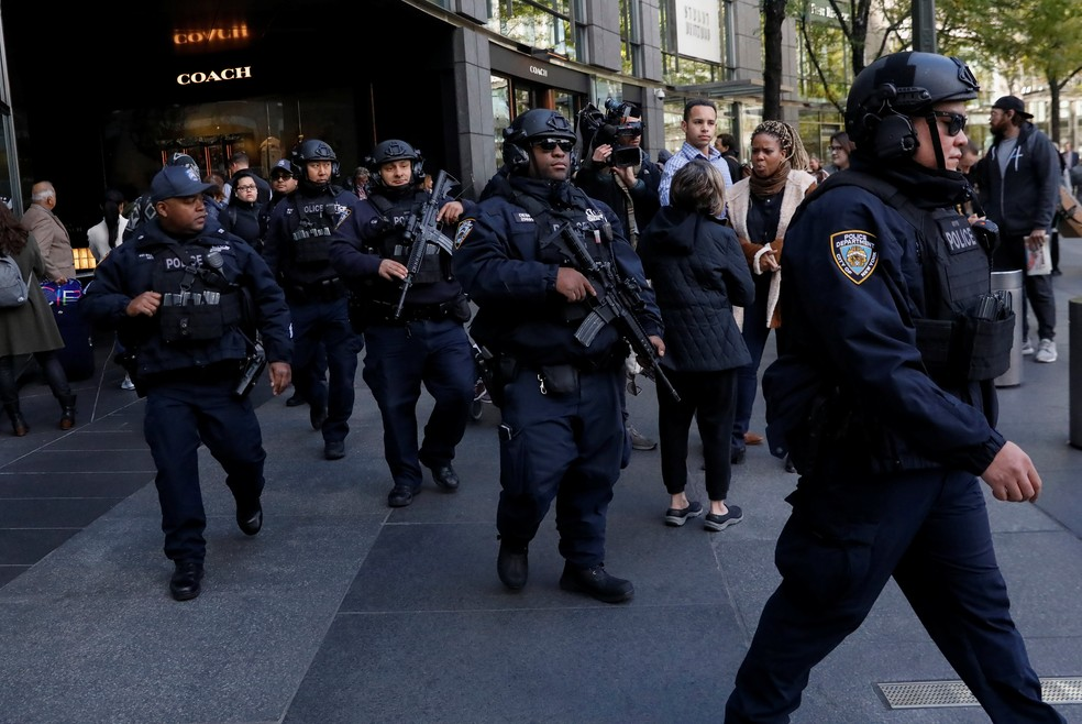Policiais fazem guarda na frente do Time Warner Center, em Nova York, depois que um pacote suspeito foi encontrado no prédio — Foto: Reuters/Shannon Stapleton