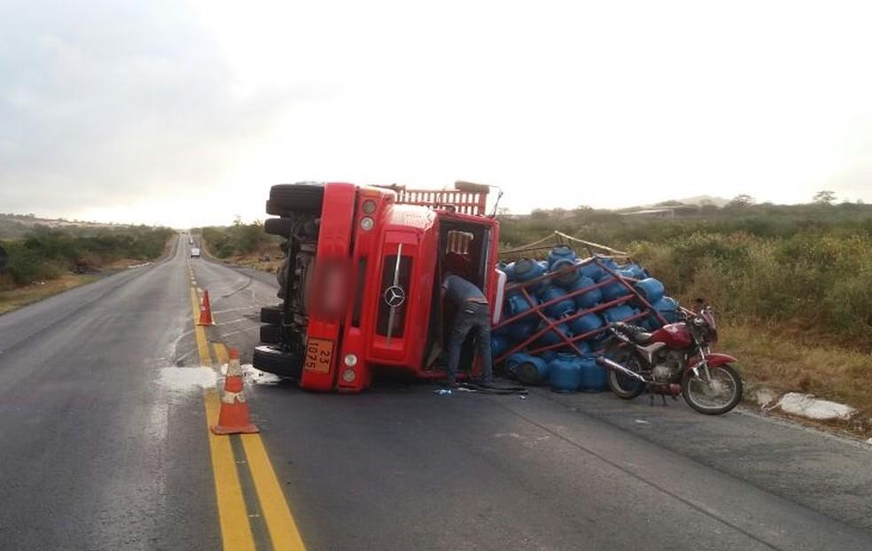 Caminhão tombou na BR-232 (Foto: Divulgação/PRF)