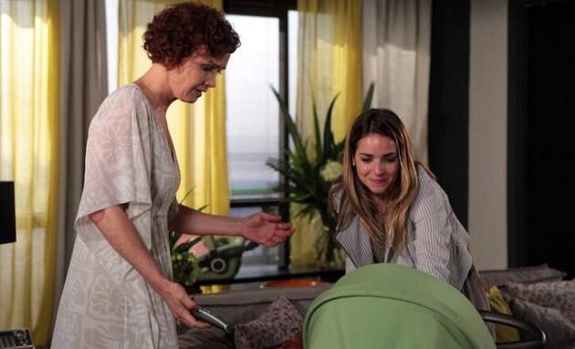 Julia Lemmertz e Monique Alfradique em cena de 'Fina estampa' (Foto: Reprodução)