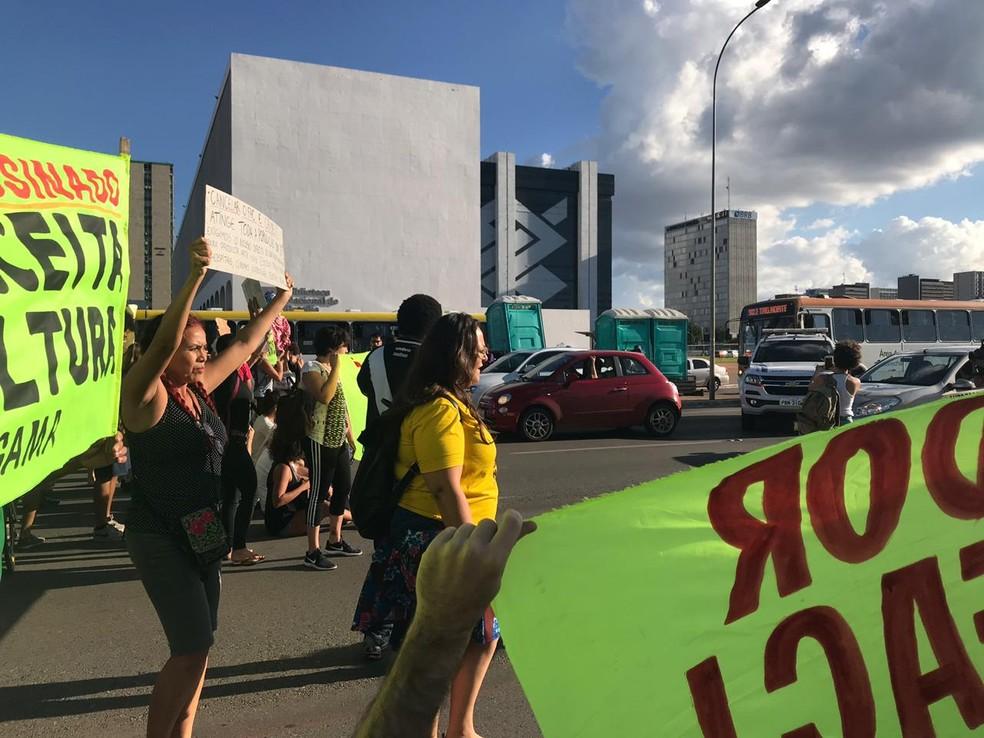 Manifestantes interditam via S1 em protesto contra mudanças no Fundo de Apoio à Cultura (FAC) — Foto: Luiza Garonce/G1