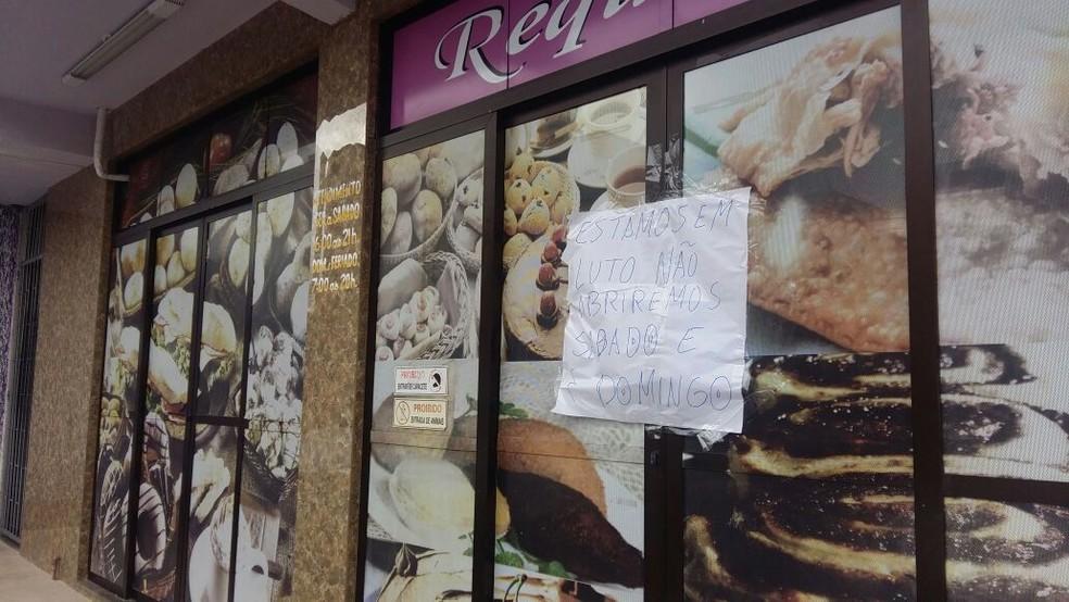 Padaria onde ocorreu tiroteio está fechada na manhã deste sábado (12) (Foto: Eveline Poncio/RBS TV)