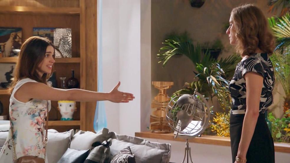 Shirlei (Sabrina Petraglia) é mal tratada pela mãe de Felipe (Marcos Pitombo) - 'Haja Coração' — Foto: Globo