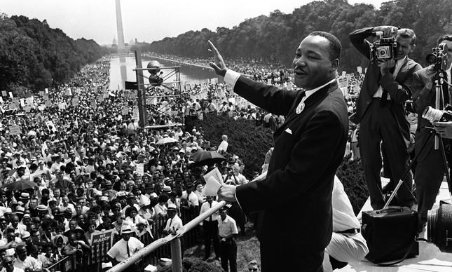 Luther King acena para multidão na Marcha sobre Washington, em agosto de 1963
