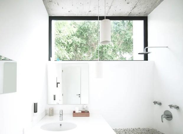 O minimalismo também segue para o banheiro, que conta com janela na parte de cima, o que garante privacidade e, ao mesmo tempo, o bom uso da luz natural (Foto: Apartment Therapy/ Reprodução)