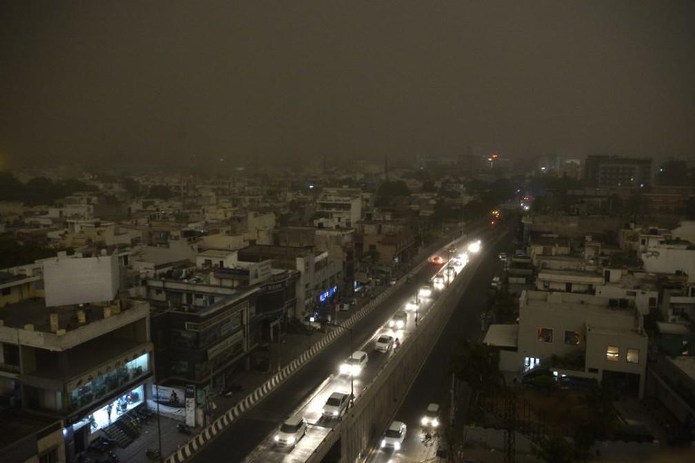 Vista de Jalandhar durante tempestade na Índia. (Foto: Shammi Mehra/AFP)