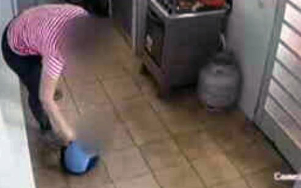 Imagens mostram professora arrastando criança de um ano pelo braço dentro de uma creche em BH — Foto: Reprodução/Câmeras de segurança