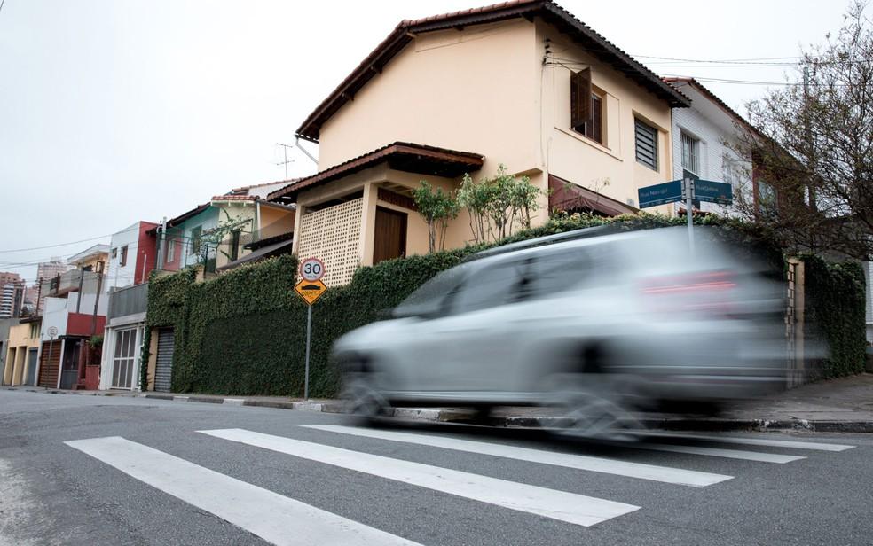 Carro passa no dia 19 de julho de 2017 pela Rua Natingui, onde Vitor Gurman morreu atropelado em 2011; velocidade máxima é de 30 km/h (Foto: Marcelo Brandt / G1)