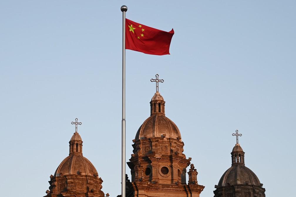 Uma bandeira chinesa é vista hasteada na frente da Igreja Católica Wangfujing, em Pequim, nesta quinta-feira (22) — Foto: Greg Baker/AFP