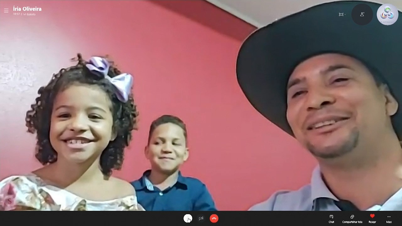 Filha de cantor faz vídeo em homenagem aos professores