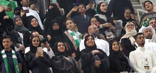 Primeira partida de futebol em que as mulheres sauditas puderam entrar no estádio para torcer (Foto: EFE)
