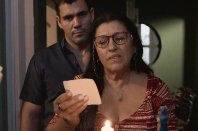 Juliano Cazarré e Regina Casé em cena como Magno e Lurdes em 'Amor de mãe' (Foto: Reprodução)