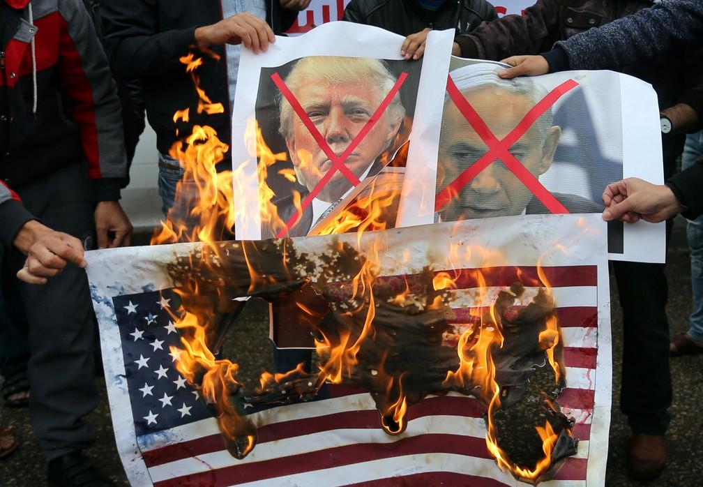 Palestinos se manifestam sobre o iminente anúncio da mudança da embaixada (Foto: Reuters/Ibraheem Abu Mustafa)