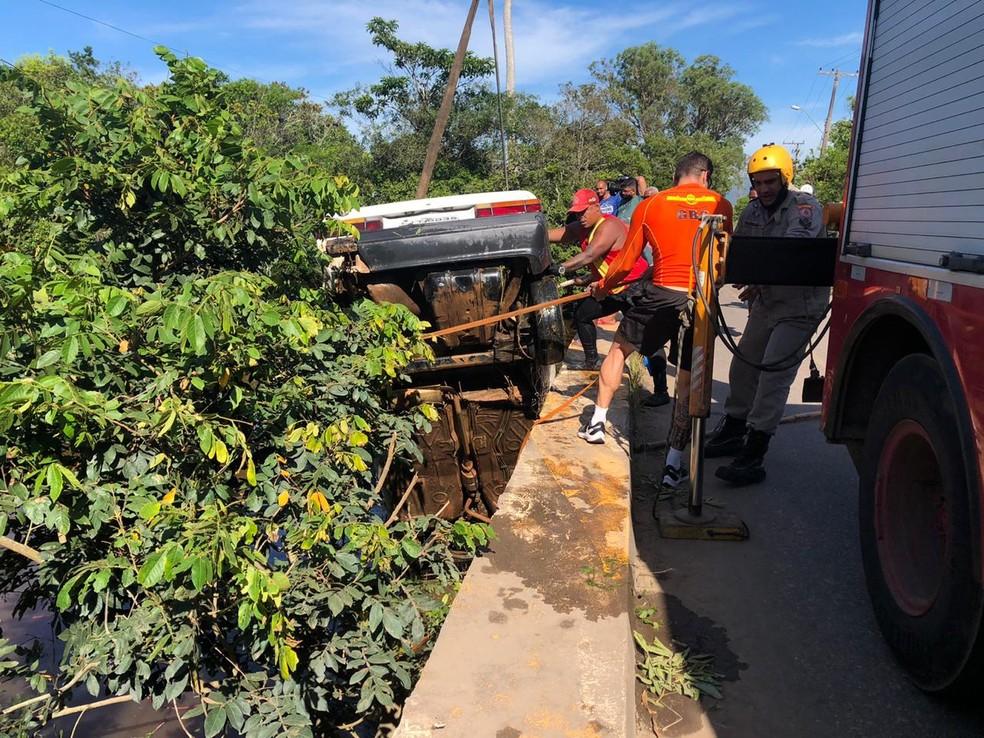 Cinco crianças e um homem morrem após carro cair em rio em Campos, RJ; outra criança ainda está desaparecida — Foto: Ana Carolini Mota/Inter TV RJ