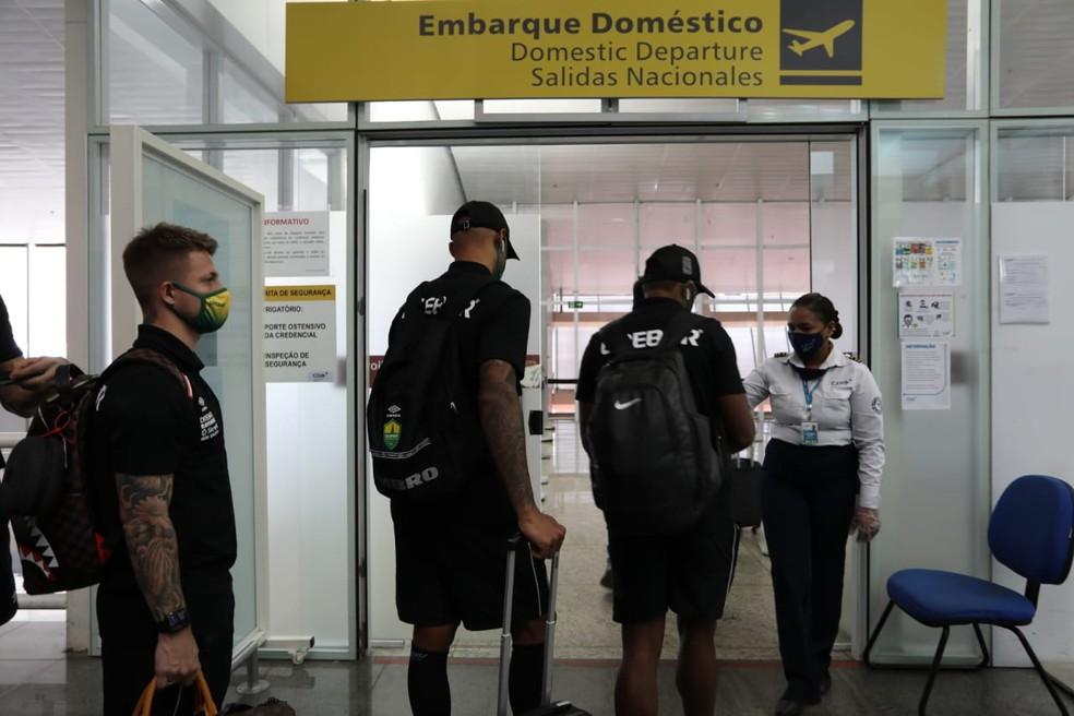 Elenco do Cuiabá embarcou nesta sexta-feira rumo ao Rio de Janeiro — Foto: AssCom Dourado